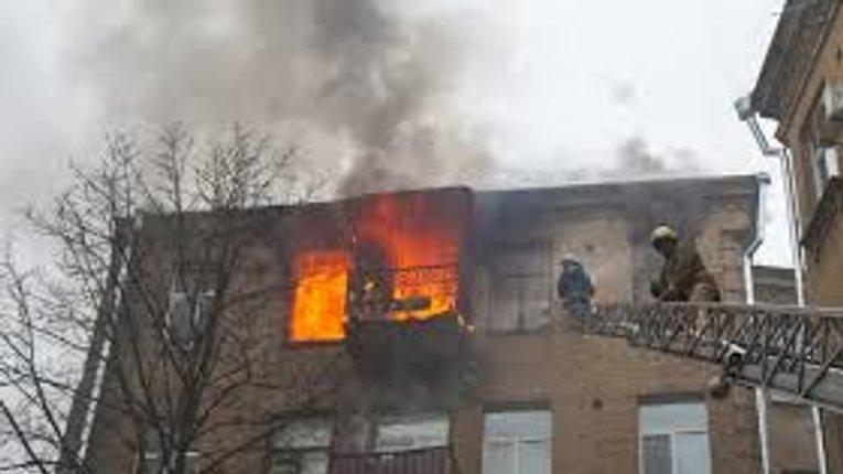 Пожежа сталась в Автозаводському районі міста приблизно о 3 годині ночі. Пожежа забрала життя однієї людини. Тіло господарки квартири, де ст