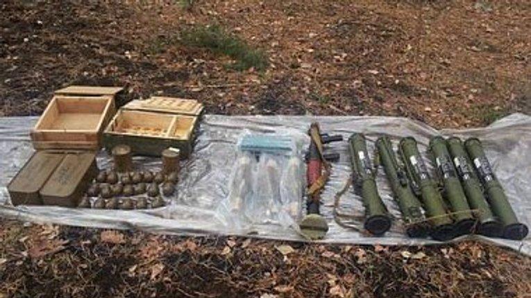 Правоохоронці з Полтавщини на Сході України виявили сховище зі зброєю
