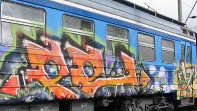 Транспортна прокуратура вимагає любителів графіті відчепитися від вагонів