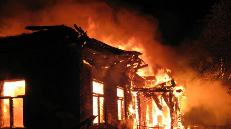 3 житлові будинки і квартира згоріли за добу: є загиблий
