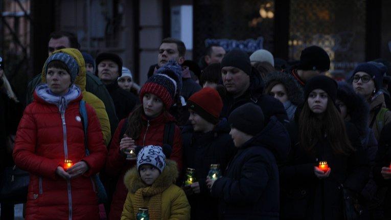 Понад тисяча містян вшанували жертв Голодомору в Полтаві