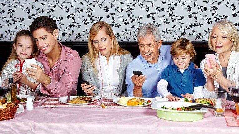 Смартфони у батьків шкодять сім'ї