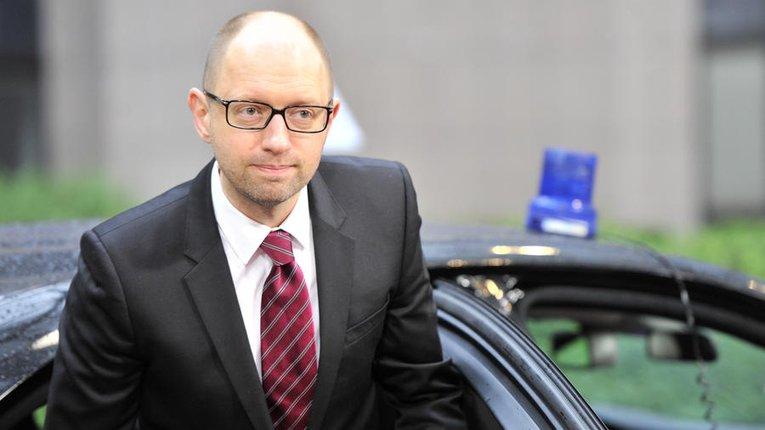 Яценюка підозрюють у корупції за переданий партії Mercedes