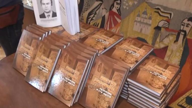 Полтавцям презентували книгу про музеї художника Віктора Батурина