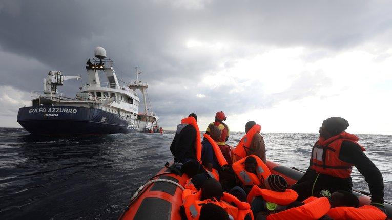 Нам уже досить: попри міжнародний тиск Італія забороняє заходити в порт кораблям із мігрантами