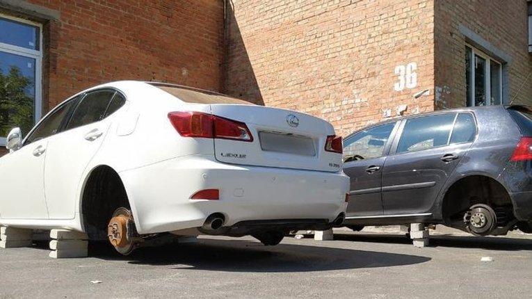 Невідомі зловмисники знімають колеса з автівок полтавців