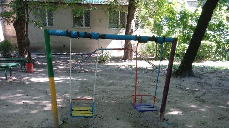Мешканці Кременчука просять владу відремонтувати дитячий майданчик
