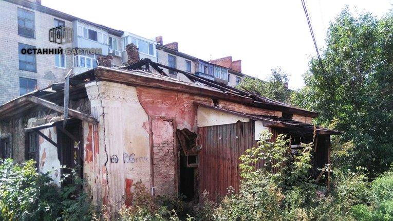 Зруйнована хижа біля ТРЦ «Київ» приваблює наркоманів