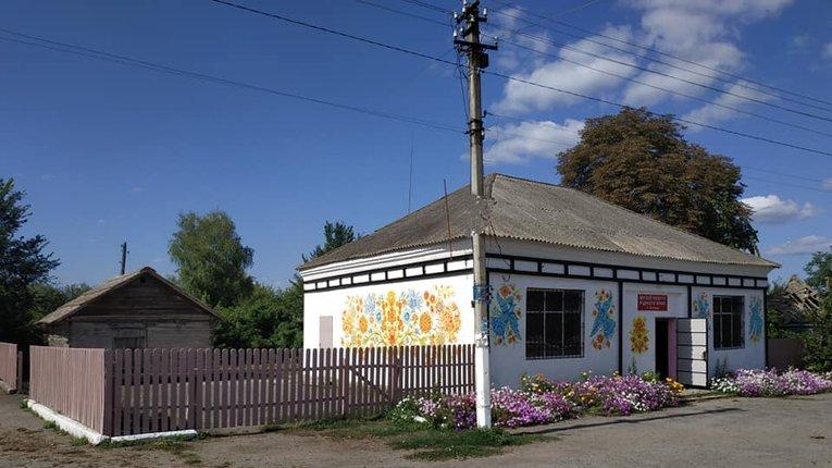 У Гадяцькому районі прикрасили фасад сільського музею