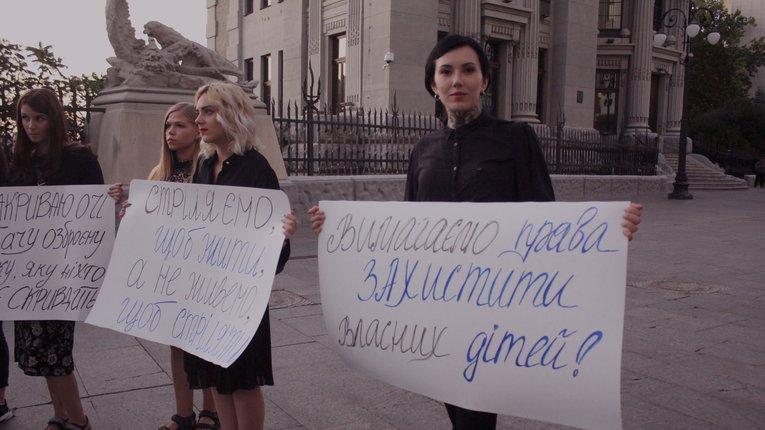 Українські жінки вимагають прийняття закону про зброю – під Адміністрацією президента пройшов мітинг (фото)