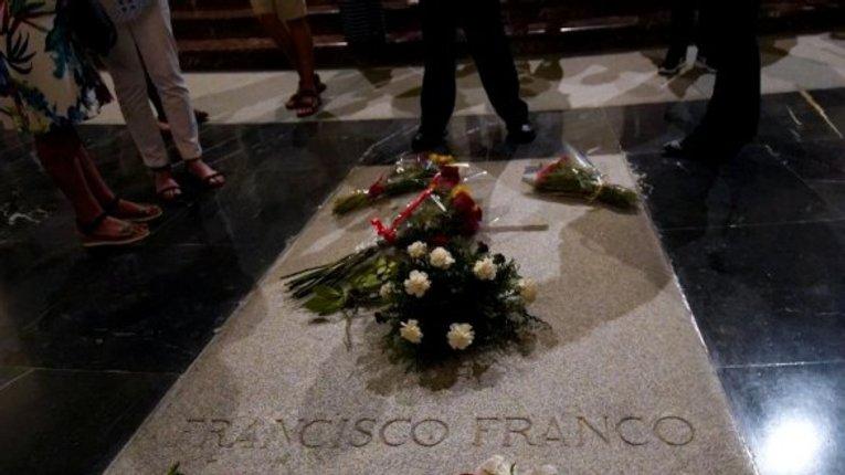 Іспанці готуються до перенесення останків генерала Франсиско Франко, який урятував країну від комунізму