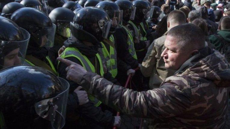 «Ми воювали не за це»:  У соцмережах закликають виходити під Офіс президента (оновлюється)