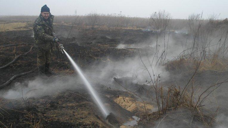 Вогнеборці Полтавщині продовжують гасити пожежу на торфовищах