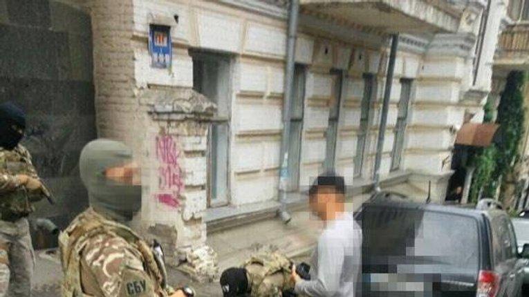 Керівник департаменту поліції охорони погорів на хабарі 96 000 гривень