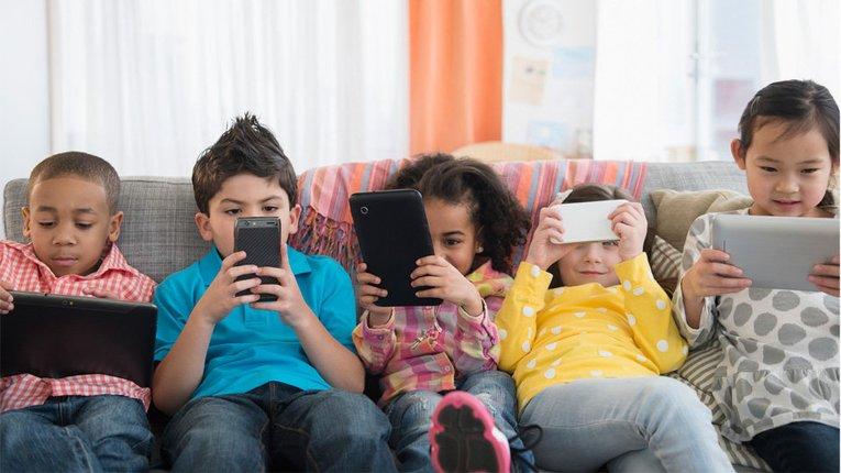 «У гонитві за лайками»: діти ростуть залежними від соцмереж