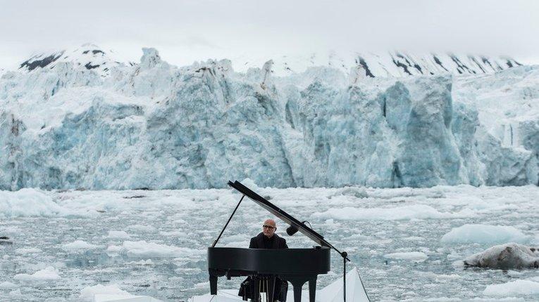 Відомий піаніст Ейнауді зіграв в Арктиці, закликавши світ врятувати регіон
