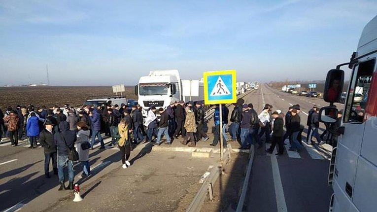 Аграрії знову перекрили дороги, протестуючипроти продажу землі