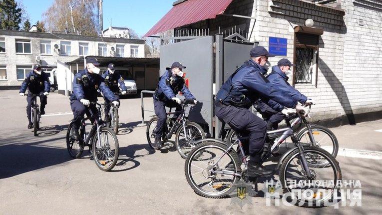 У парках Полтави поліція роздає маски і попереджає про штрафи