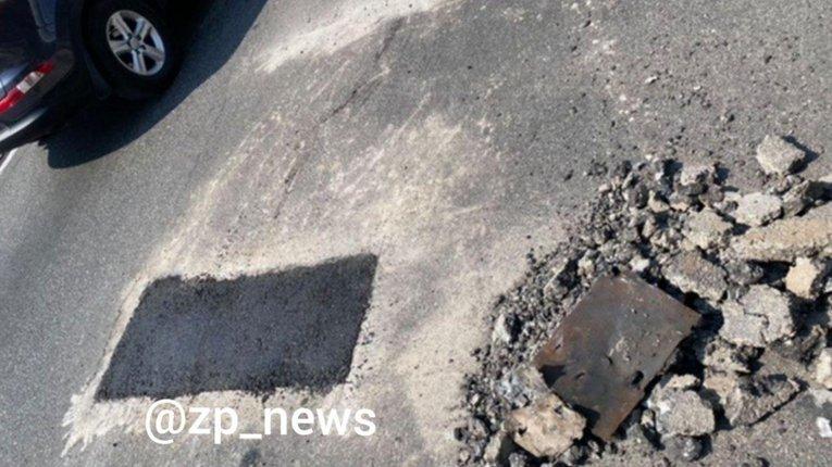 Дорожні служби Запоріжжя латають нещодавно заасфальтоване покриття ДніпроГЕС