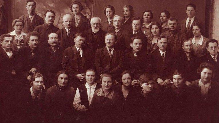 Викладачі та студенти (початок 1930-х рр.).  У центрі сидить директор інституту Карл Жагар