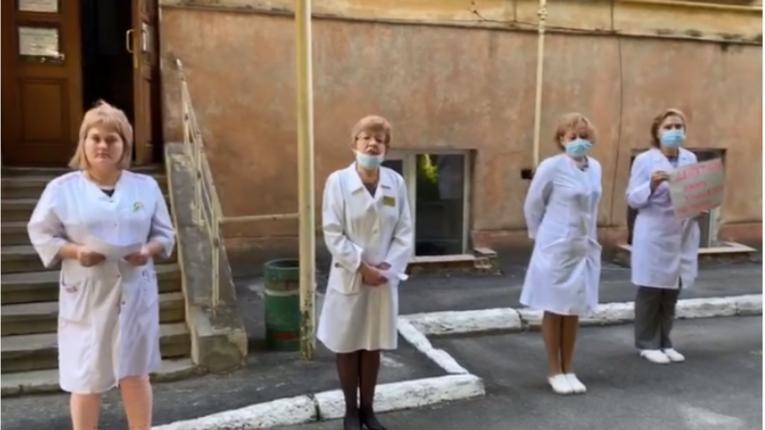 Львівські лікарі влаштували чиновникам коридор ганьби через закриття протитуберкульозного диспансеру