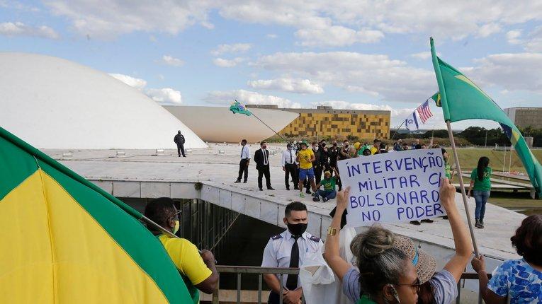 Збройні сили не втручатимуться у політику — президент Бразилії