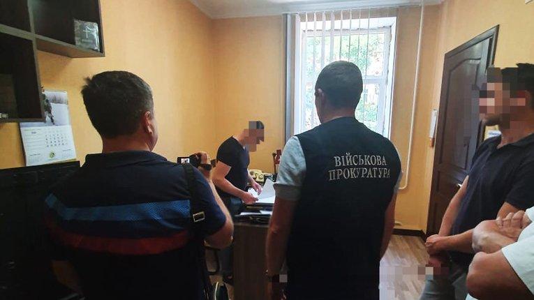 В Одеській області співробітнику СБУ надягли кайданки за вимагання 250 тисяч доларів