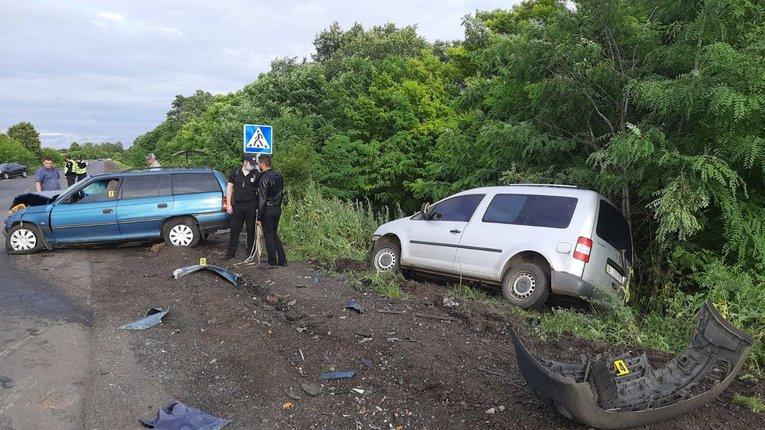 2 автівки не розминулися на вузькій дорозі у Миргородському районі