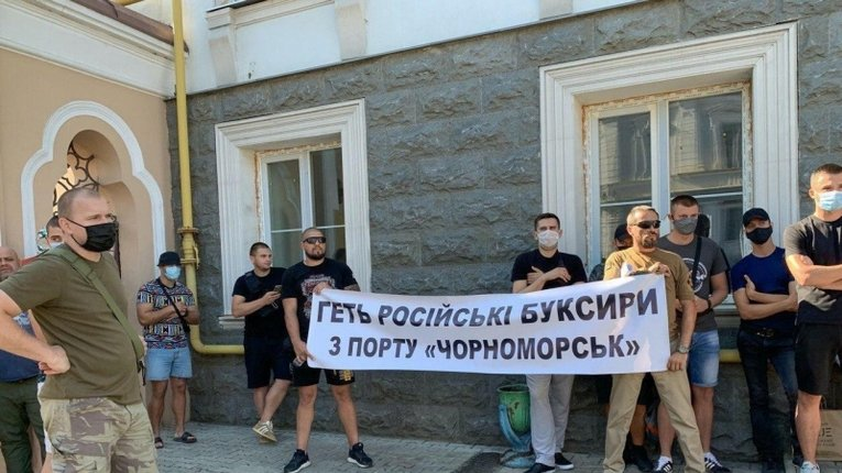 Мітинг під АМПУ: портовики вимагають вивести з «Чорноморська» російські буксири