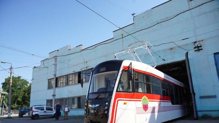 Запорізькі інженери похизувалися зібраним «із нуля» трамваєм у вишиванці