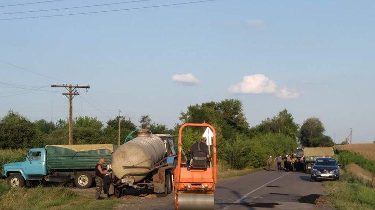 У Гребінківському районі громада самостійно взялася ремонтувати биті шляхи
