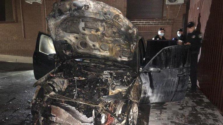 Постраждав за принципову позицію? — У Києві згоріло авто нардепа Лероса