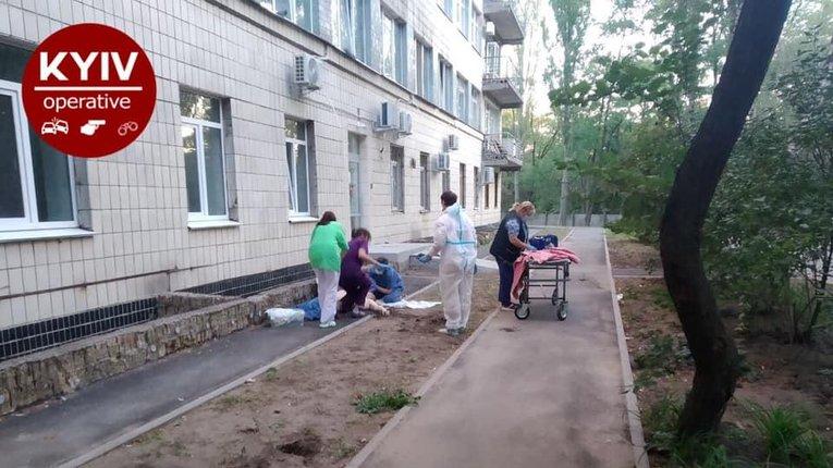 У Києві двоє пацієнтів «коронавірусної лікарні» вистрибнули з другого поверху та розбилися на смерть
