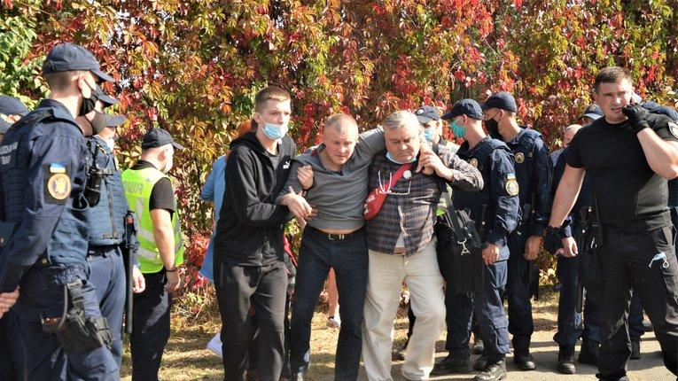 Побиті студенти і ректор у смітнику. Що відбувається в Олімпійському коледжі (репортаж)