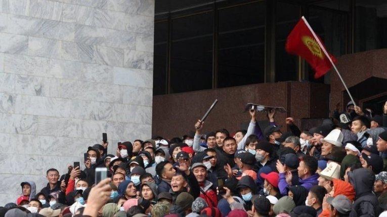 Протести у Бішкеку: звільнення екс-президента, підпал Білого дому, анулювання підсумків виборів