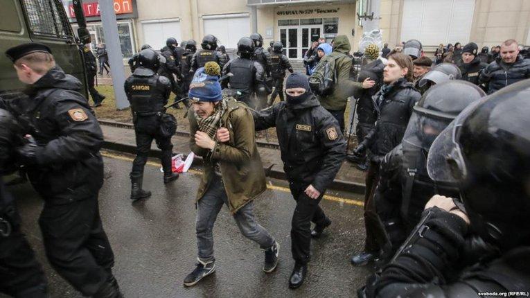 У Білорусі від початку акцій протесту затримано близько 15 тисяч осіб