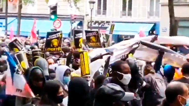 Тисячі нелегалів вимагають від уряду Франції надати їм громадянство