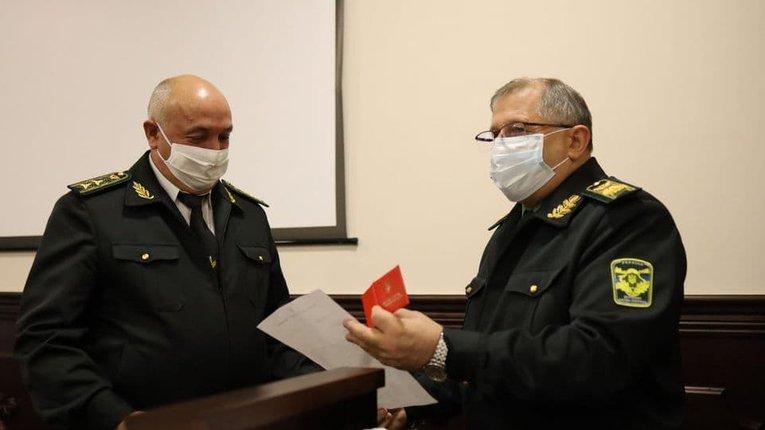 Голова Держлісагентства В. Кузьович (праворуч) представляє підлеглим В. Яковця (ліворуч)