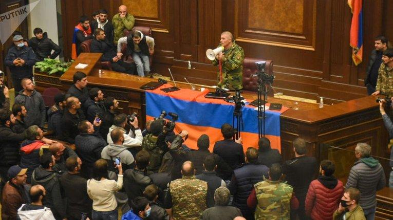 Вірменський уряд відновив контроль над країною, протестувальників вже заарештовують