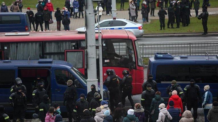 В Білорусі знову гаряче: чутно вибухи гранат; відбуваються затримання протестувальників