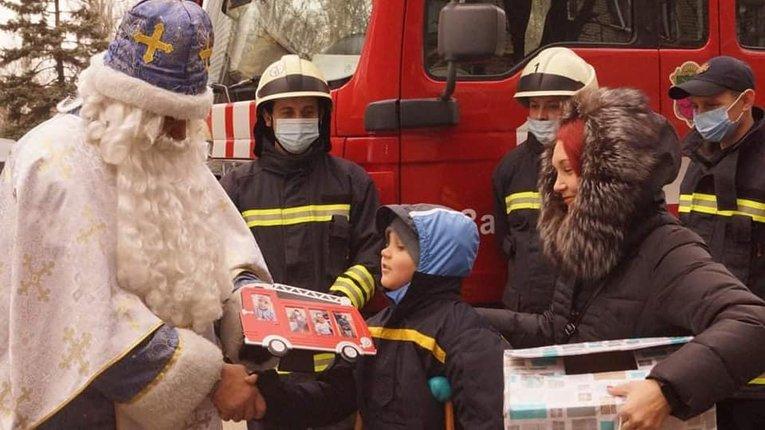 На пожежному авто і з подарунками: запорізькі рятувальники втілили у життя мрію 8-річного хлопчика