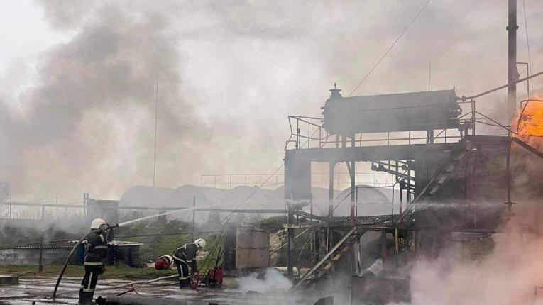Миколаївська область: ДСНС ліквідували пожежу на території нафтобази