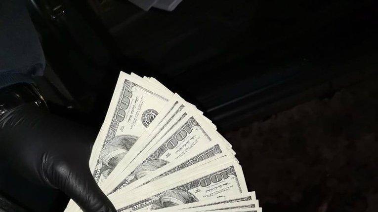 На гарячому спіймали поліціянта, який за $10 тис. «гарантував» закриття кримінальної справи