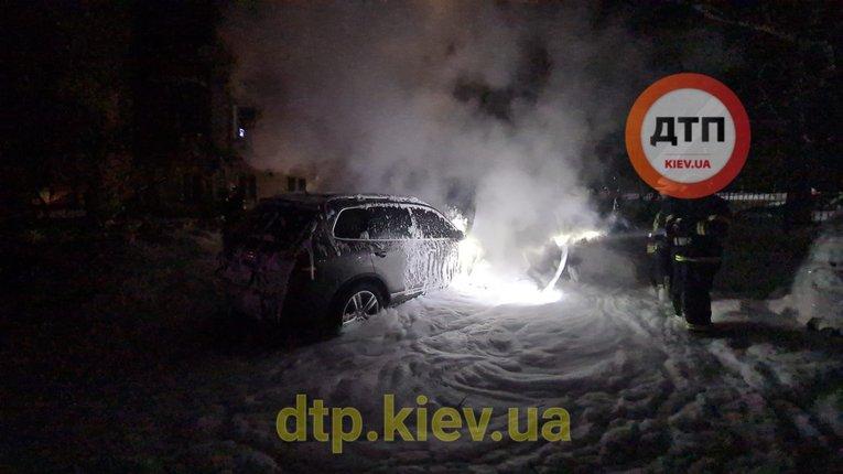 Невідомі злочинці підпалили автомобіль київського журналіста Владислава Антонова