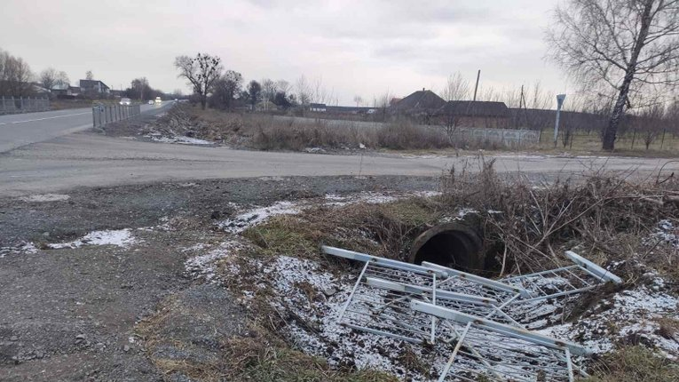 Уздовж дороги на Полтавщині вкрали 42 метри огорожі та знаки