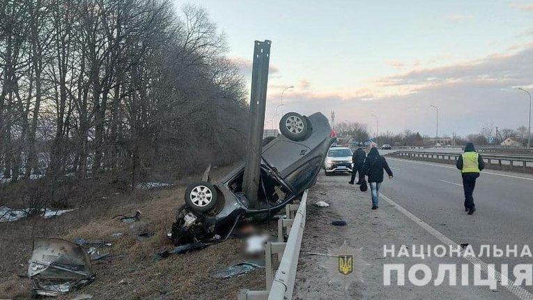 Біля Лубен автомобіль перекинуло через метровий відбійник