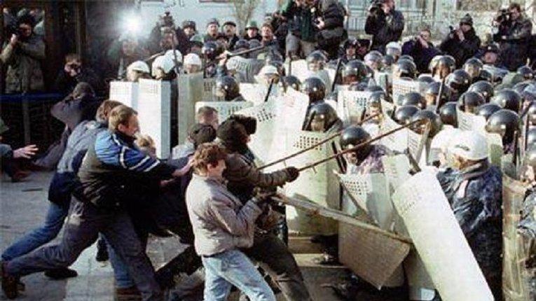 Україні без Кучми 20 років: тоді вперше коктейлі Молотова полетіли в поліцію