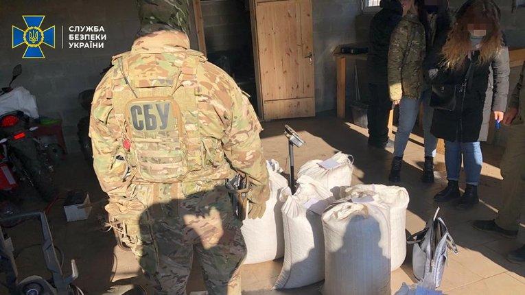 На Рівненщині СБУ попередила контрабанду бурштину на майже 2 млн грн