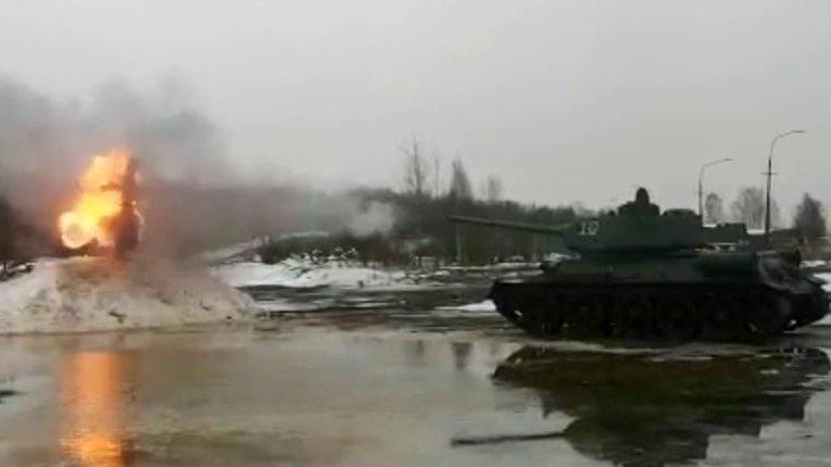 Масниця «з вогником»: на Росії з Т-34 розстріляли опудало
