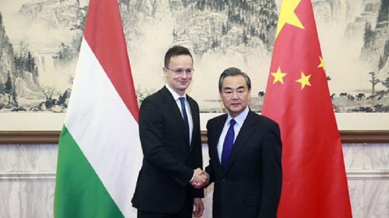 Очільники МЗС Угорщини (ліворуч) та КНР (праворуч)